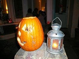 geschnitzter Kürbis und eine Lampe foto