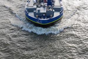 Luftaufnahme Bugwelle eines Frachtschiffs