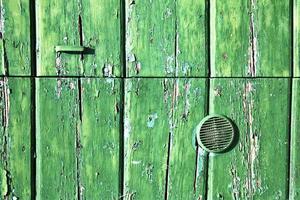 grüner Klopfer in einer geschlossenen Holztür Lonate Ceppino Italien