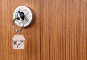silberner Schlüssel in der braunen Tür foto