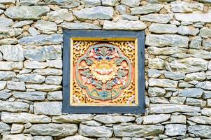 Holzschnitzerei auf einer Felswand im Park. foto