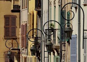 Straßenlaternen und alte Fenster in Antibes foto