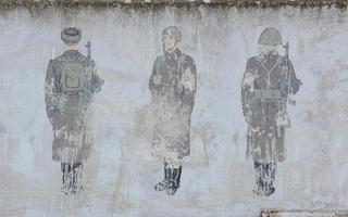 Mauer mit Soldaten