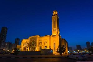 Al Noor Moschee in Sharjah in der Nacht foto