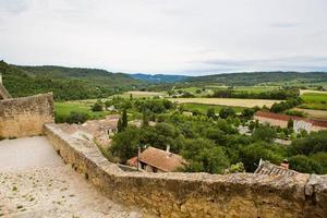 Blick auf Dach und Landschaft des Provence-Dorfes. foto