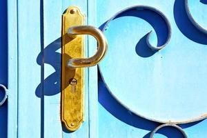 Rostbraunes Marokko aus blauem Metall in Holzfassade nach Hause und foto