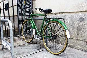 Fahrrad im städtischen Parken foto
