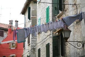 Clothline zwischen zwei Häusern in Rovinj, Kroatien foto
