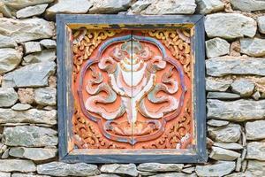 traditionell dekoriertes Fenster auf Stein Tibet Haus foto