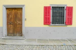 Holztür und Fenster foto