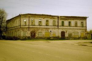 Die Fassade eines zweistöckigen gemauerten Esszimmers ist zerstört foto