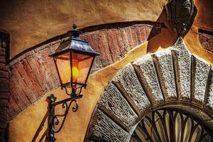 rustikales Licht in einem typisch italienischen Eingang foto