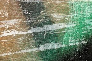 heisere, zerkratzte und geschälte Oberfläche mit grüner und brauner Farbe