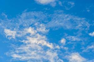 blauer Himmel mit Wolken foto