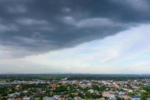 Der Sturm braute sich über der Stadt zusammen.