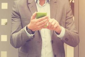 eleganter Mann mit Handy im Freien. foto