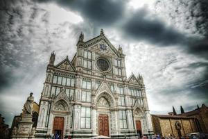 Santa Croce Kathedrale unter einem dramatischen Himmel in Florenz foto