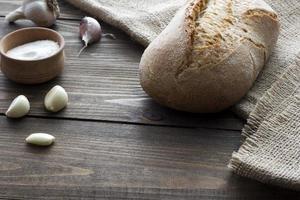 Knoblauch, Salz und ein Laib Brot foto