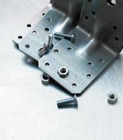 Metallpräparate und Befestigungselemente auf dem zerkratzten Metallhintergrund foto