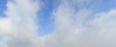 Wolke mit Naturhintergrund des blauen Himmels