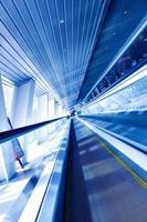 schnell fahrende Rolltreppe durch Bewegung