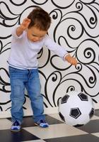 Junge tritt Ball
