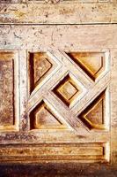 Nagellack in der braunen Tür und rostgelb