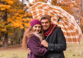 Paar auf Herbstspaziergang foto