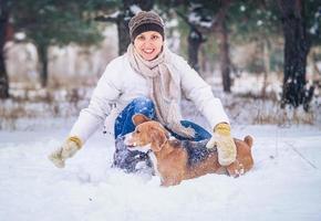 Winteraktivität mit Lieblingshund foto