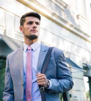 Porträt eines selbstbewussten jungen Geschäftsmannes foto