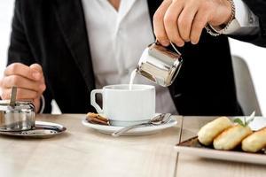 Mann, der Kaffee im Restaurant zubereitet foto