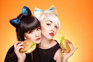 zwei Mädchen mit Burgern foto