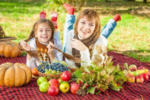 glückliche Mutter mit kleiner Tochter im Herbstpark