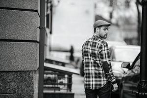 selbstbewusster Mann posiert in Webkantenjeans