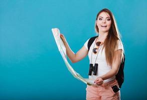 Touristenfrau Sonnenbrille lesen Karte auf blau