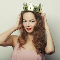 junge blonde Frau in der Krone foto