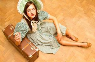 Mädchen mit Koffer im Retro-Stil foto