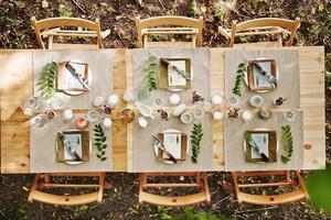Tisch für die Gäste serviert