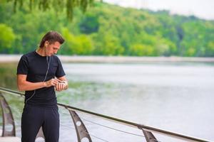 Läufer hat Pause beim Laufen