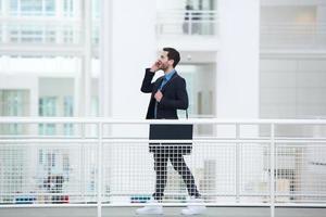 Geschäftsmann spricht auf Handy foto