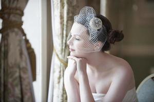 brünette Braut mit den Händen unter dem Kinn foto