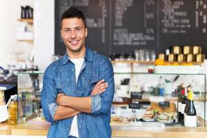 Mann arbeitet im Café foto