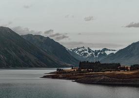 Insel und Wasser neben dem Berg foto
