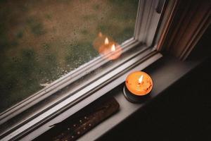 Kerze auf der Fensterbank foto