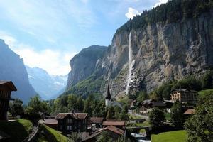 Wasserfall in der Nähe der Stadt in der Schweiz
