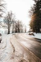 schneebedeckte Straße und Bäume