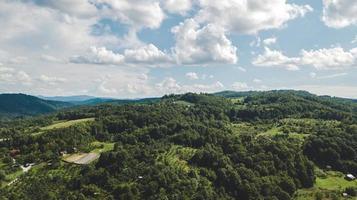 Antenne von Ackerland und bewölktem blauem Himmel foto