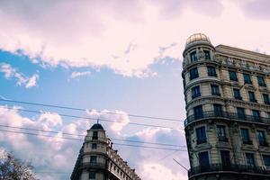 Mehrfamilienhäuser unter bewölktem blauem Himmel