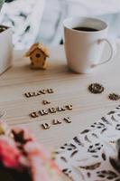 Ich wünsche Ihnen einen schönen Tag mit Holzbuchstaben