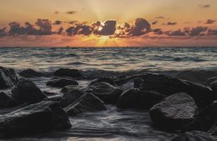 felsiger Strand bei Sonnenuntergang